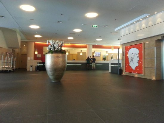 Steigenberger Airport Hotel Amsterdam: The lobby.