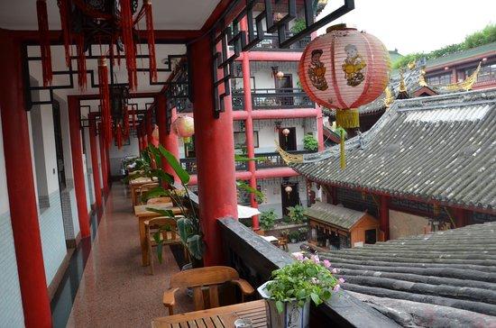 Wenjun Mansion Hotel : Het tafeltje voor je deur