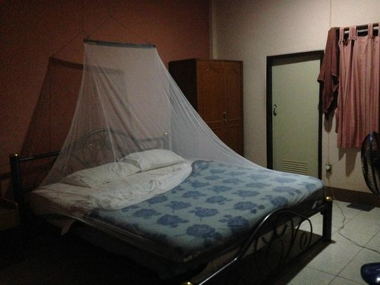 Baan Bua Guesthouse: Big bed, clean, good sized room with fan (our mossy net)