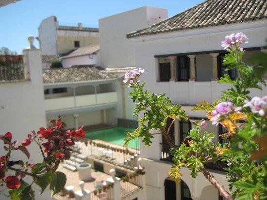 Las Casas de La Juderia: Patio del hotel con vista a la piscina