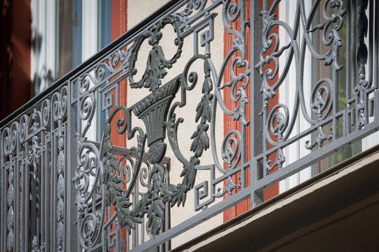 Arverna Citotel Vichy : Détail Ferronnerie d'art balcon