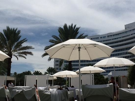 Fontainebleau Miami Beach: view of main building from the pool deck