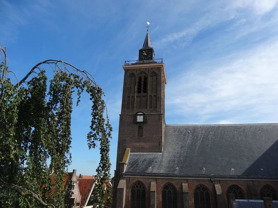 B&B Het Pakhuys: The nearby church