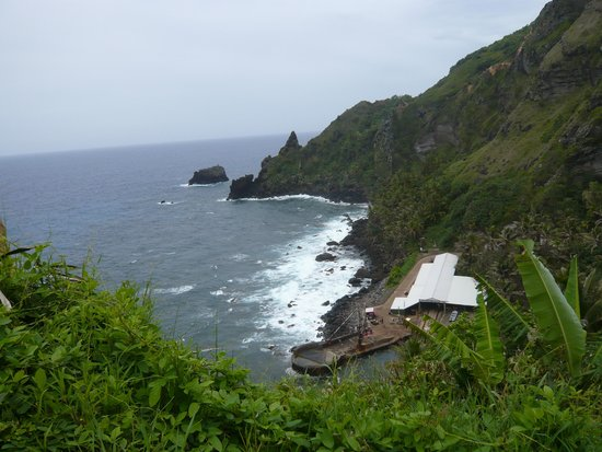 "Pitcairn Island: Blick hinunter den ""Hill of Difficulties"" zum Landing Point"