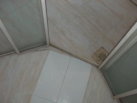"Comaran Beach Hotel: The ""Suite"" Bathroom"