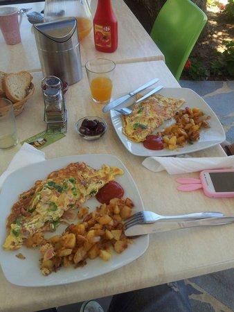 Iro Studios and Suites: Breakfast at Iro Suites