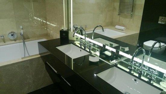 Baglioni Hotel Carlton: Bathroom