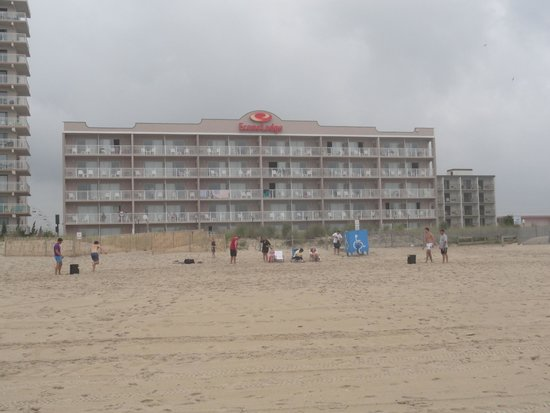 ‪‪EconoLodge Oceanfront Ocean City‬: Hotel oceanfront building from beach.‬