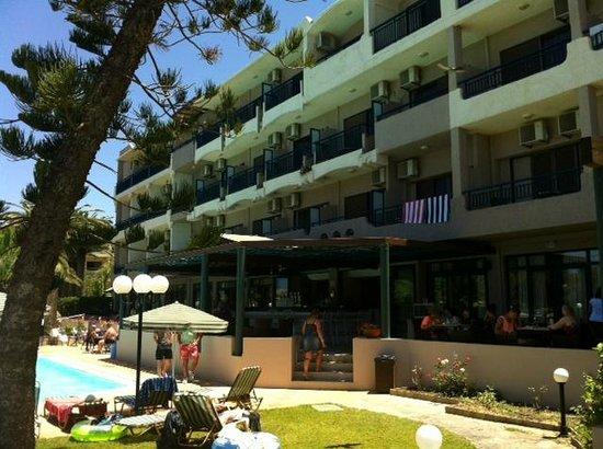 Orion Hotel: Hotellet sett fra forsiden, den som vender mot basseng