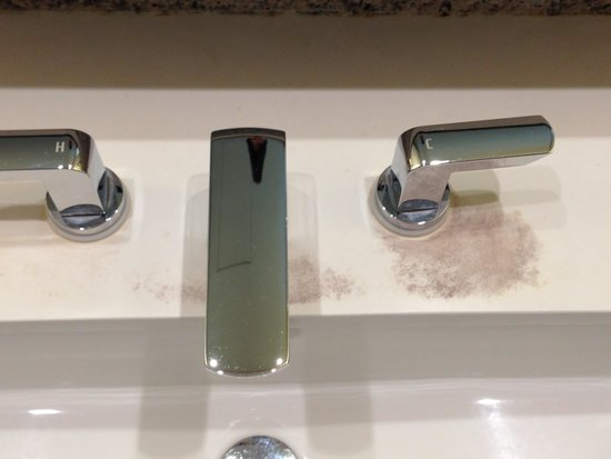 Moevenpick Heritage Hotel Sentosa : Mould stained taps