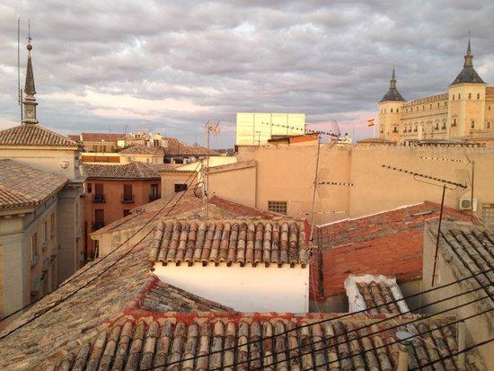 Oasis Backpackers' Hostel Toledo: Вид с террасы на Алькасар