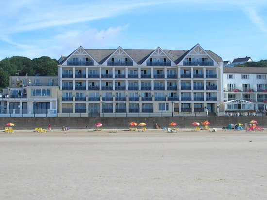 Golden Sands Hotel: View of hotel directly from the beach.