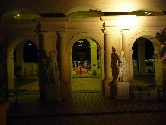 Excelsior Grand Hotel: L'entrée de l'Hôtel à notre arrivée de nuit