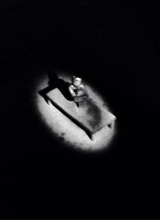 Jarnpojken: Boy looking at the moon.