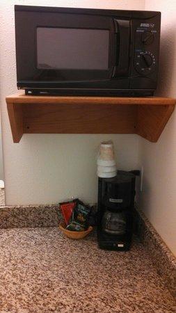 Travelodge by Wyndham Missouri Valley: Micro above sink, coffee pot below