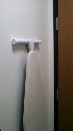 Travelodge by Wyndham Missouri Valley: Ironing board behind bathroom door, iron on other wall