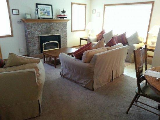 Inn at Haystack Rock : Living room in 2-bedroom suite