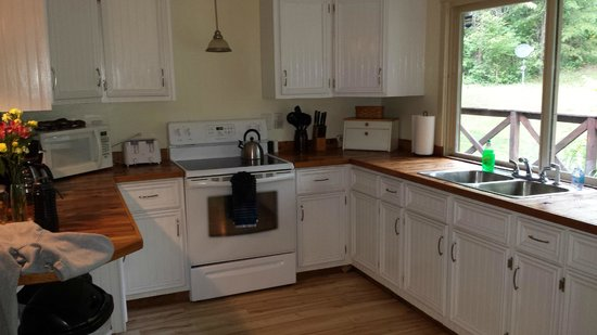 Springwood Cabins: kitchen