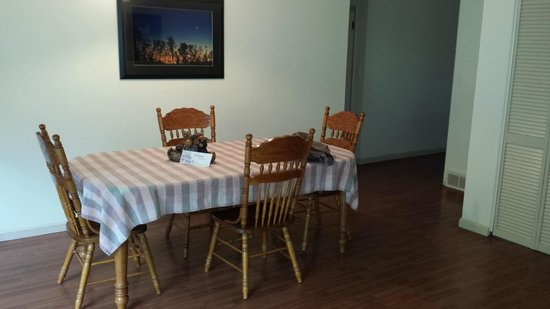 Springwood Cabins: dining rm