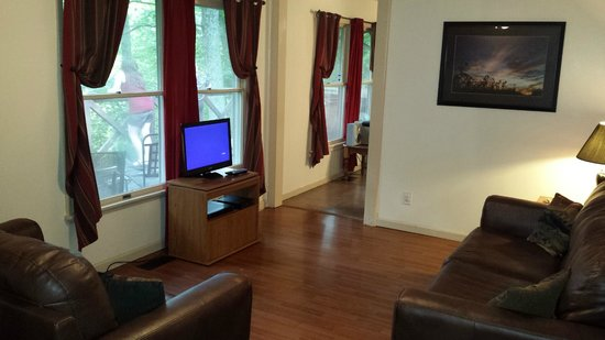 Springwood Cabins: Television room