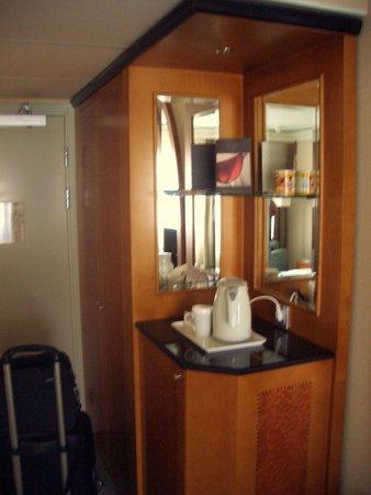Hilton Hotel Dresden: Wardrobe/ Kettle