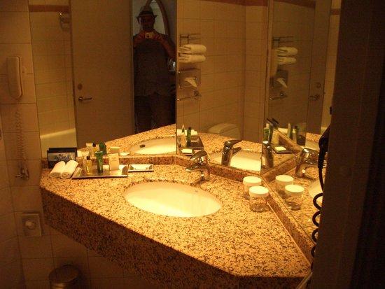 Hilton Hotel Dresden: Bathroom