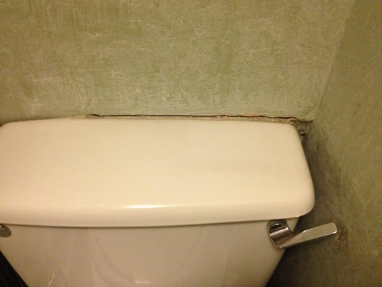 A-Haven Townhouse Hotel : Huge gap by toilet lid harbouring germs.