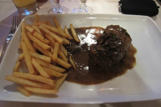 Le Tournedos : Beeffilet with pebbersauce + pommes