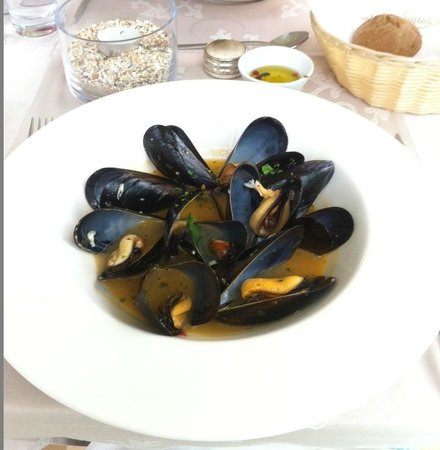 Restia Suites Exclusive Resort: Mussel starter in lower restaurant