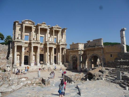 Efes Antik Kenti Tiyatrosu : library from a distance.