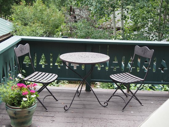 Highland Haven Creekside Inn : patio area