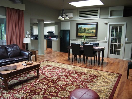 Highland Haven Creekside Inn: Fireside Loft