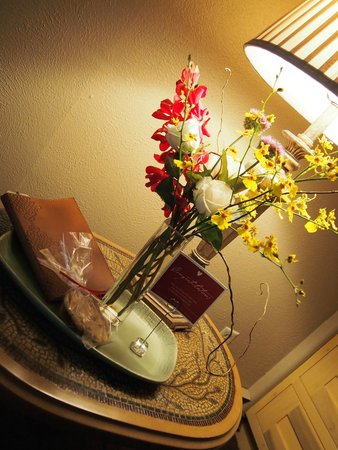 Highland Haven Creekside Inn: Fireside loft- fresh flowers