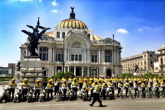 Palacio de Bellas Artes : Traffic officers take a break in front of Bella Artes