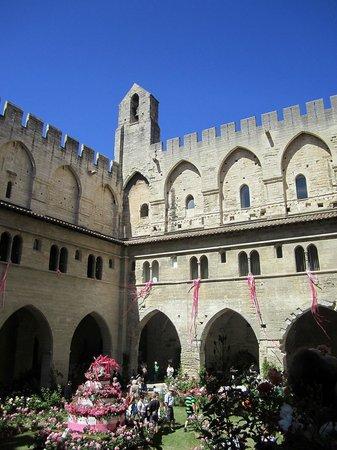 Pope's Palace (Palais des Papes): il cortile  che ospita varie manifestazioni