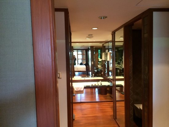 The Sukhothai Bangkok: Bathroom and walk-in closet