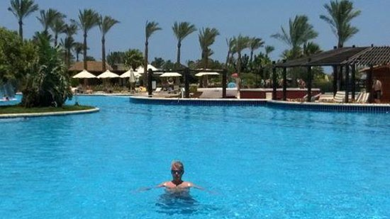 Steigenberger Al Dau Beach Hotel: Den kæmpe pool