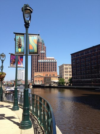 Hilton Garden Inn Milwaukee Downtown: riverwalk (2 blocks to W)