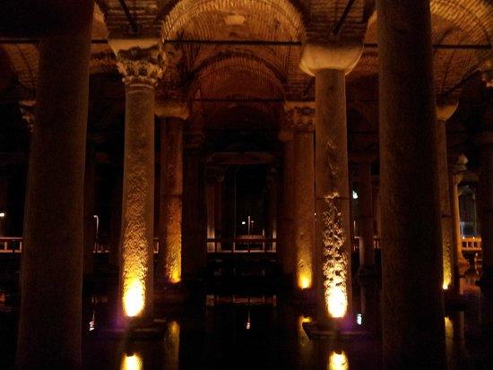 Cisterna Basílica: Le colonne illuminate della cisterna