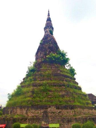 Black Stupa (That Dam) : maverick temple
