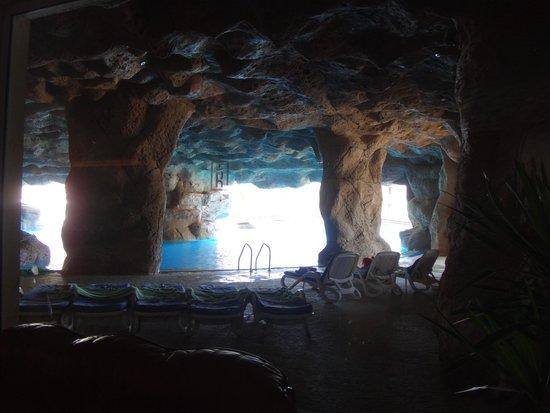 SENTIDO Palm Royale: pool/cave