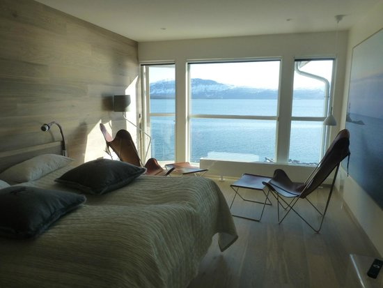 Malangen Resort: Room and view over the water