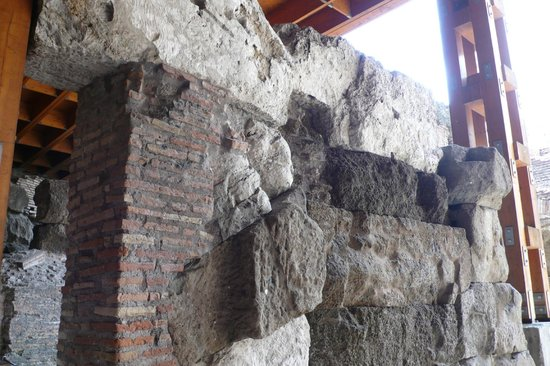 New Rome Free Tour : Explaining the process of elevating major sets onto the floor above.