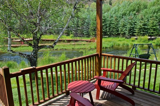 Rustic Inn Creekside Resort and Spa at Jackson Hole: Flat Creek from stream side cabin
