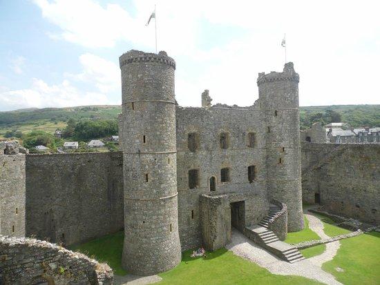 Harlech Castle: Along the top walkway