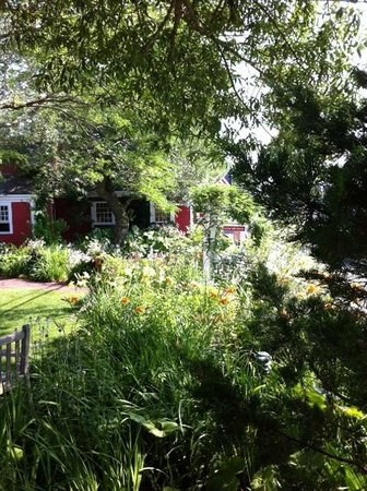 The Red Inn Restaurant : Garden and front