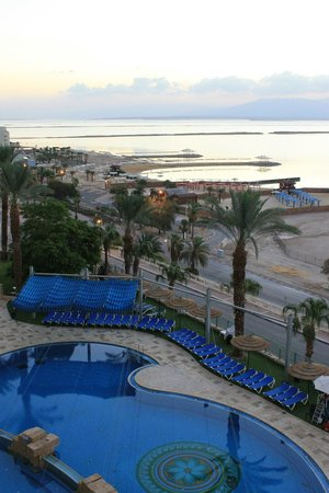 Leonardo Plaza Hotel Dead Sea : The view of the Dead Sea and pool from my room!