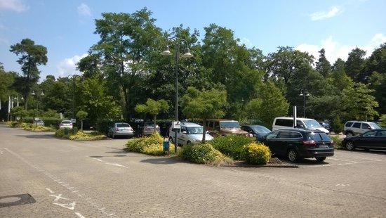 Holiday Inn Frankfurt-Airport North: парковка