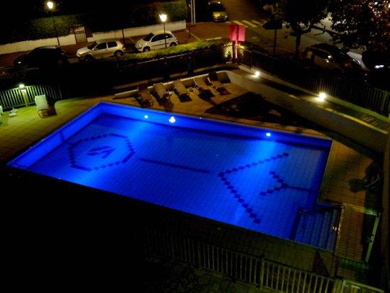 Hotel & Residence Orhoitza: Piscine ludique éclairée la nuit