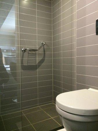 Hotel CC: Modernes Badezimmer